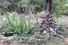 Teich und Steinpyramide im Vorfrühling